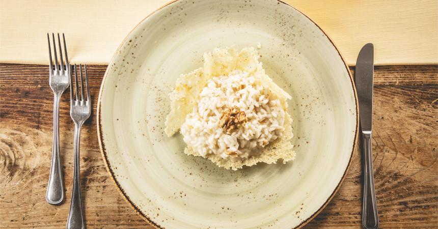 Cestino di risotto con noci, parmigiano e taleggio