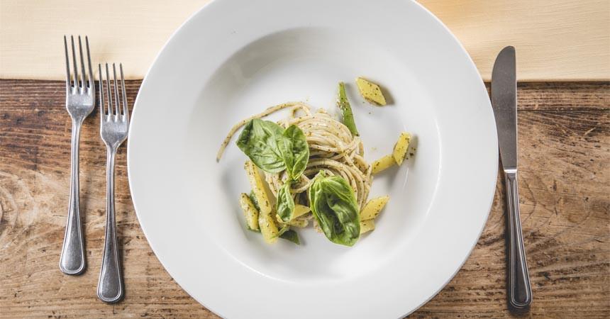 Spaghetti Senatore Cappelli con taccole, patate e pesto al basilico e pinoli
